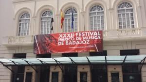 Telón del XXXII Festival Ibérico de Música de Badajoz en la fachada del teatro López de Ayala-